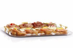 Canape mit Lachs, Käse und Schinken