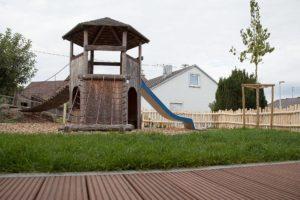 Spielplatz mit Kletterturm und Rutsche