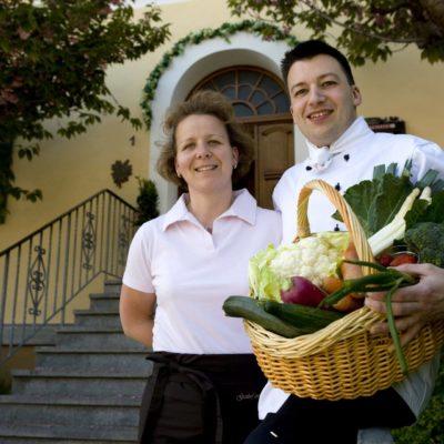 Die Gastgeber Sandra und Jürgen Reck vor dem Gasthof zum Löwen