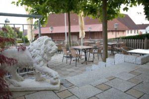 Terrasse vor dem Gasthof zum Löwen in Wilflingen mit Steinlöwen
